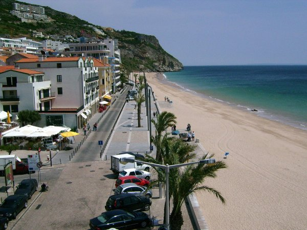 Marginal avenue of Sesimbra (beach)- Portugal. Photo credit: Sacavem (wikimedia)