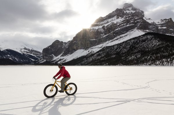 A man circles around a frozen lake on his fat bike. Photo credit: Rogier Gruys